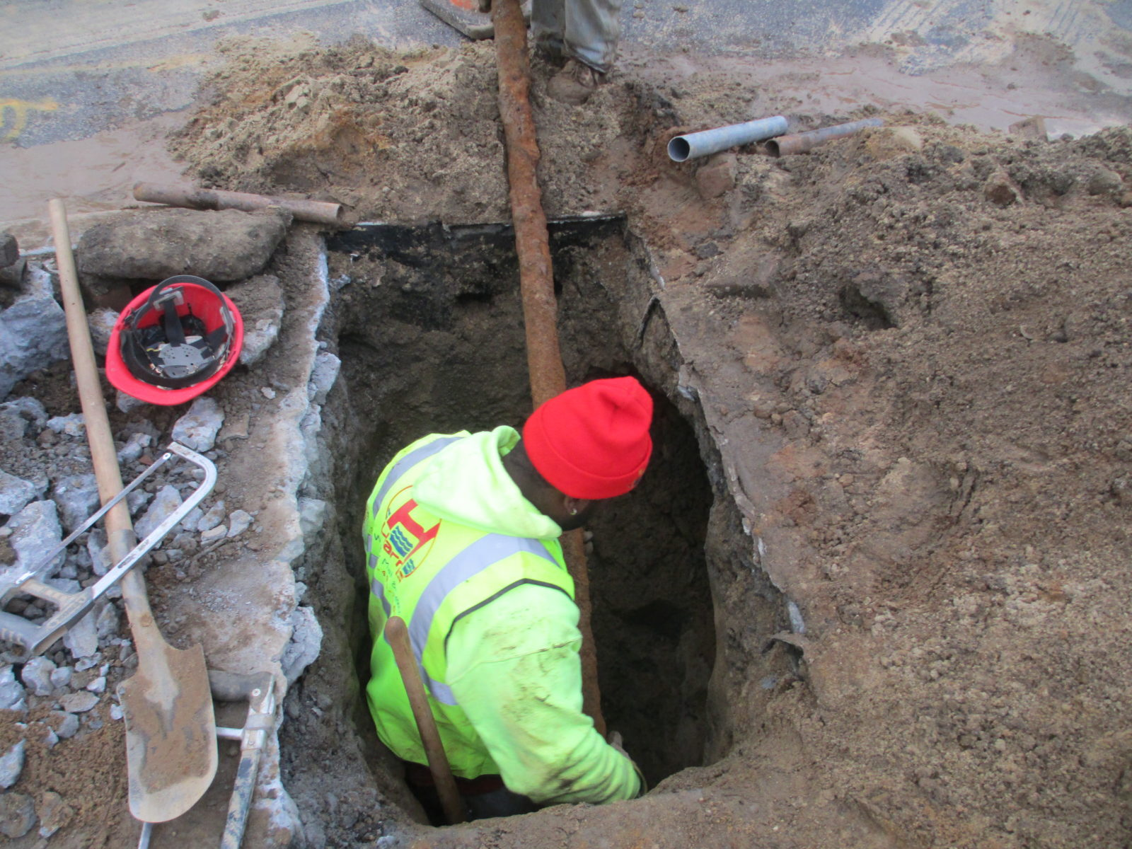 Old u0026 Corroded pipe removal & The Risk of Repairing a Water Main VS. Replacing The Entire Pipe ...